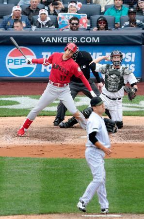 ヤンキース戦の6回、空振り三振に倒れるエンゼルス・大谷。投手田中=ニューヨーク(共同)