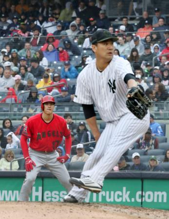 ヤンキース戦の4回、四球で出塁したエンゼルス・大谷。投手田中=ニューヨーク(共同)