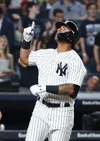 25日のエンゼルス戦で本塁打を放ち、天を仰ぐヤンキースのトーレス=ニューヨーク(ゲッティ=共同)