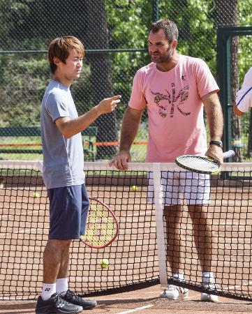 バルセロナのテニスクラブでマルティネス氏(右)に師事する西岡靖雄コーチ=4月24日(共同)
