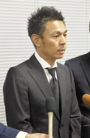 関東学生アメリカンフットボール連盟の緊急会合に出席後、取材に応じる日大の森琢ヘッドコーチ=24日夜、東京都世田谷区