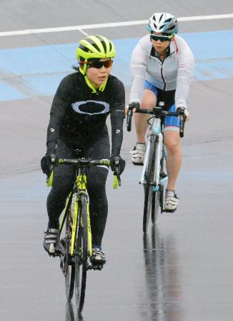バンクを使った自転車のトレーニングに励む高木美帆(手前)と高木菜那=31日、宮崎市
