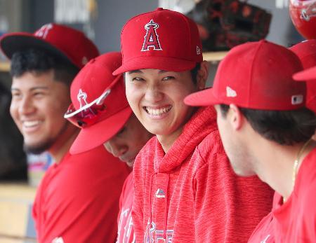 タイガース戦でスタメンを外れ、ベンチでチームメートと談笑するエンゼルス・大谷(右から2人目)=デトロイト(共同)