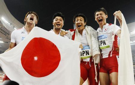 2008年8月、北京五輪陸上男子400メートルリレーで銅メダルを獲得した日本チーム。左から塚原直貴、末続慎吾、朝原宣治、高平慎士の各選手=国家体育場(共同)