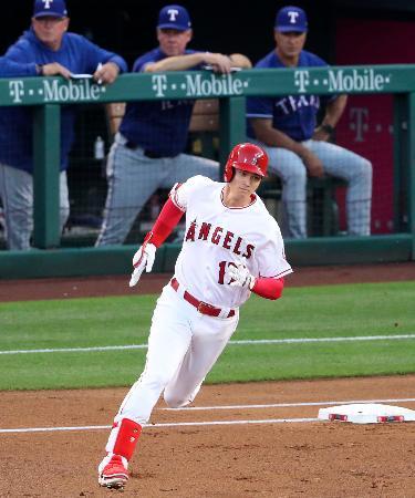 レンジャーズ戦の1回、右中間二塁打を放ち一塁を回るエンゼルス・大谷=アナハイム(共同)
