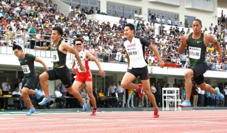 男子100メートル決勝 ゴールする、優勝した山県亮太(左から2人目)、2位の飯塚翔太(右から2人目)、3位のケンブリッジ飛鳥(右端)ら=コカ・コーラボトラーズジャパンスポーツパーク陸上競技場