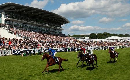2日、英国競馬のダービーで4着になったサクソンウォリアー(右端)=ロンドン郊外のエプソム競馬場(ロイター=共同)