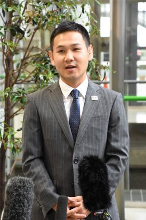 取材に応じるボクシングの高山勝成=5日、関西空港