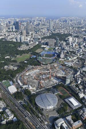 東京五輪へ向け、建設が進む新国立競技場(中央)=2017年7月