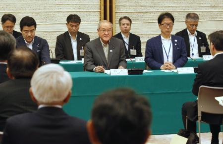 ホストタウンの首長会議であいさつする鈴木五輪相(中央)=6日午後、首相官邸