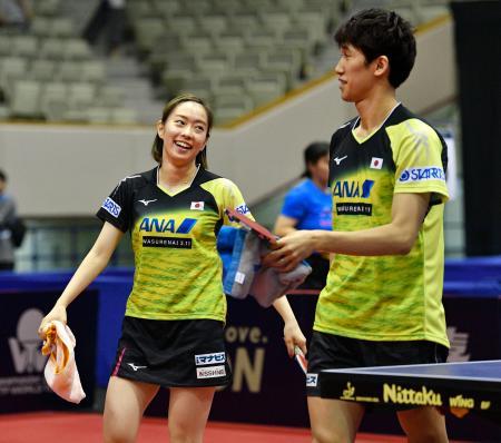 混合ダブルス準々決勝で勝利し笑顔の吉村(右)、石川ペア=北九州市立総合体育館