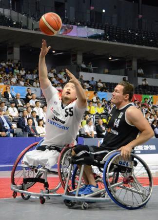 日本―ドイツ 相手と競り合いながらシュートを放つ香西(左)=武蔵野の森総合スポーツプラザ