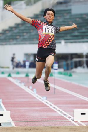 男子走り幅跳び 7メートル61で優勝した酒井由吾=岐阜長良川競技場