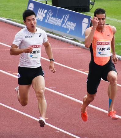 男子100メートルの2レース目で10秒15をマークした桐生祥秀(左)と優勝したハッサン・タフティアン=ストックホルム(共同)