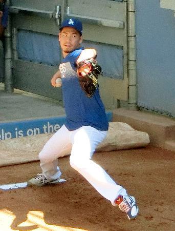 ブルペンで投球練習するドジャースの前田=ロサンゼルス(共同)