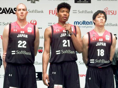 バスケットボールの男子W杯アジア1次予選を前に、記者会見する八村塁(中央)。左はファジーカス・ニック=11日、東京都港区
