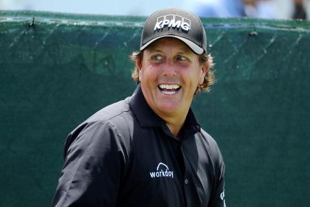 全米オープン選手権の練習ラウンドで笑顔をみせるフィル・ミケルソン=シネコックヒルズGC(ゲッティ=共同)