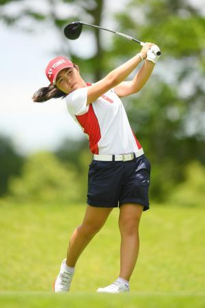 ゴルフのトヨタ・ジュニアW杯第1ラウンド。首位に立った日本の古江彩佳の17番ティーショット=12日、愛知県中京GC石野(ゲッティ=共同)