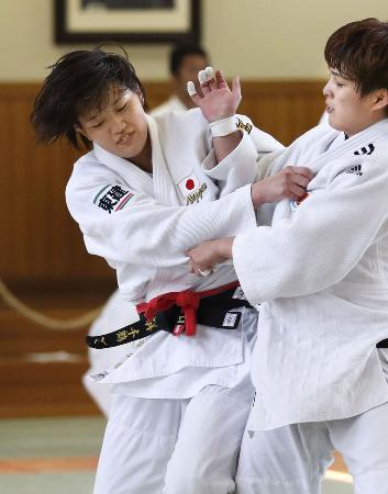 国際合宿で練習する柔道女子70キロ級の新井千鶴(左)=東京都文京区の講道館