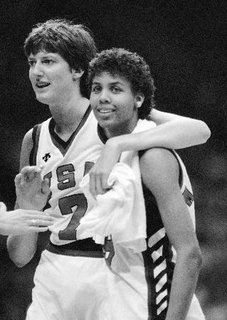 1984年、ロサンゼルス五輪の試合で勝利し喜ぶアン・ドノバンさん(左)(AP=共同)