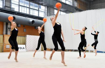 ロープ・ボールの練習をする新体操団体の日本代表=東京都北区の国立スポーツ科学センター