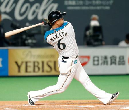 6回日本ハム無死二塁、中田が左越えに2ランを放つ=札幌ドーム