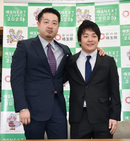 卓球「Tリーグ」の「T・T彩たま」とコーチ兼任の選手として契約した岸川聖也。左は坂本竜介監督=15日、埼玉県庁