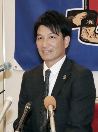 記者会見する奈良クラブの矢部次郎理事長=15日午後、奈良市