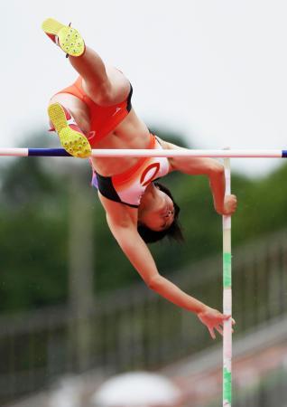 女子棒高跳び 4メートル02で優勝した諸田実咲=ShonanBMWスタジアム平塚