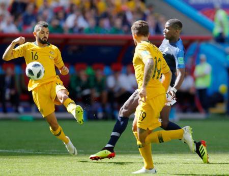 オーストラリア戦の後半、決勝ゴールを決めるフランスのポグバ(奥右)=16日、カザン(共同)