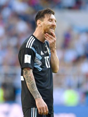アルゼンチン―アイスランド 後半、FKでゴールを狙ったが、壁に阻まれたアルゼンチンのメッシ=モスクワ(共同)