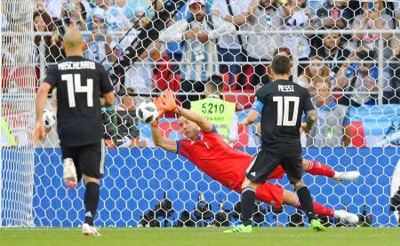 アルゼンチン―アイスランド 後半、アルゼンチンのメッシ(10)のPKを止めるアイスランドのGKハルドルソン=モスクワ(ゲッティ=共同)