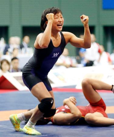 女子50キロ級決勝 入江ゆき(下)を破り優勝した須崎優衣=駒沢体育館