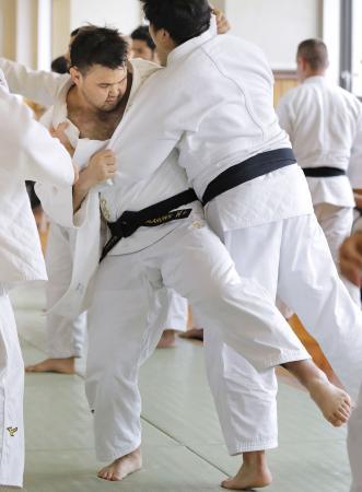 柔道男子日本代表の国際合宿で練習するウルフ・アロン(左)=東京都文京区の講道館
