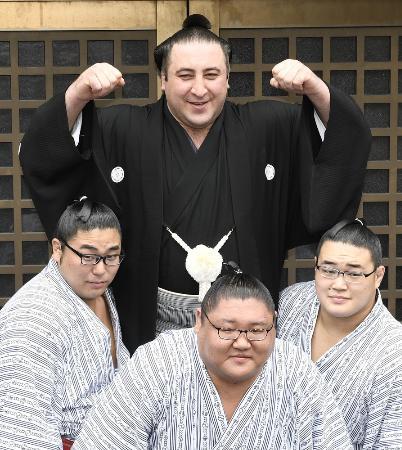 大関昇進が決まり、若手力士に担がれる栃ノ心関=5月30日、東京都墨田区