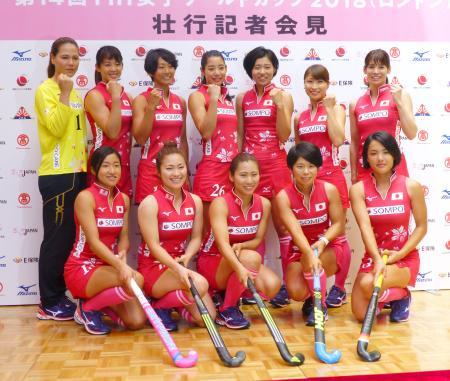 記者会見でポーズをとるホッケー女子日本代表。後列右端は主将の内藤=22日、東京都新宿区