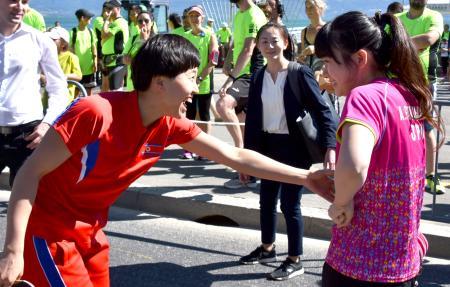 IOCのイベントで笑顔を見せる福原愛(右)と北朝鮮選手=22日、スイス・ローザンヌ(共同)
