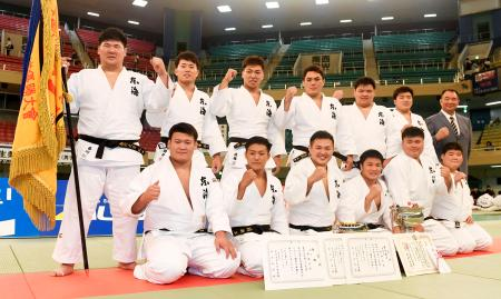 男子7人制で3連覇を果たし、ガッツポーズで記念写真に納まる東海大チーム=日本武道館