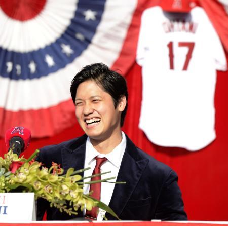 2017年12月、エンゼルスの入団記者会見で笑顔の大谷翔平選手(共同)