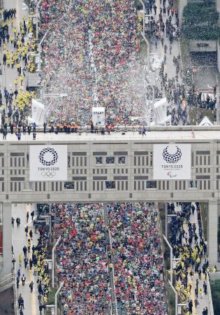 東京マラソンで、都庁前を一斉にスタートする大勢のランナー=2月、東京・西新宿