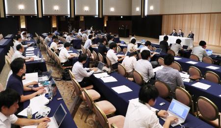 日本大アメリカンフットボール部の悪質反則問題で、第三者委員会の中間報告発表に集まった報道関係者ら=29日午後、東京都港区