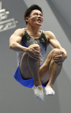 男子予選 1位で決勝に進出した堺亮介の演技=高崎アリーナ
