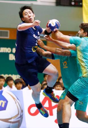 日本―ブラジル 前半、厳しいマークを受けながらもゴールを狙う渡部=大田区大森SC