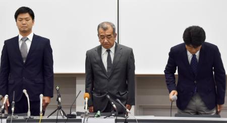 記者会見で謝罪する大体大浪商の工藤哲士教頭(中央)ら=5日午後、大阪府熊取町