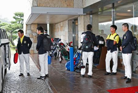 日本アマチュア選手権が大雨の影響で大会不成立となり、引き揚げる選手ら=芥屋GC
