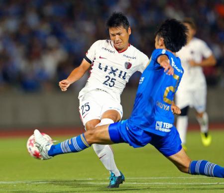 鹿島―町田 後半、5点目のゴールを決める鹿島・遠藤(左)=町田