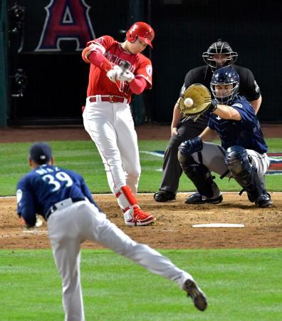 マリナーズ戦の9回、代打で出場し空振り三振に倒れたエンゼルス・大谷。投手ディアス=アナハイム(共同)
