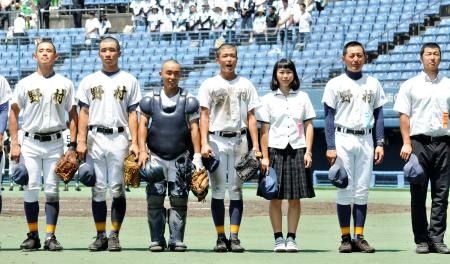 愛媛大会1回戦に勝利し、スタンドにあいさつする野村の選手たち=13日、松山市の松山中央公園野球場