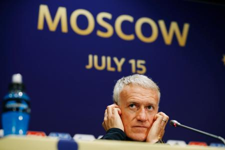 記者会見で質問を聞くフランスのデシャン監督=14日、モスクワ(共同)