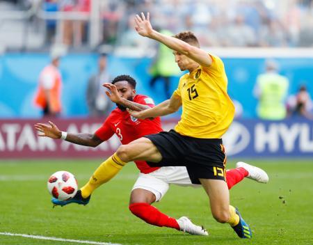 ベルギー―イングランド 前半、先制ゴールを決めるベルギーのムニエ(手前)=14日、サンクトペテルブルク(共同)